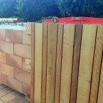 Pose d'un habillage bois sur les jardinières